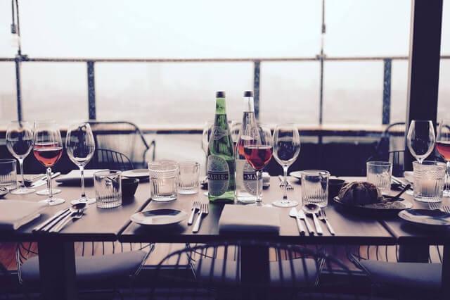 Gedeckter Tisch mit Weingläsern und edlem Besteck