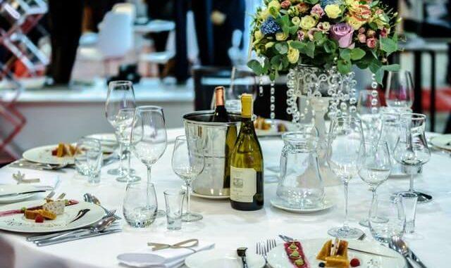 Eingedeckter Tisch mit verschiedenen Gläsern