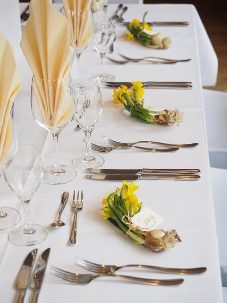 Tischreihe mit Besteck und Servietten