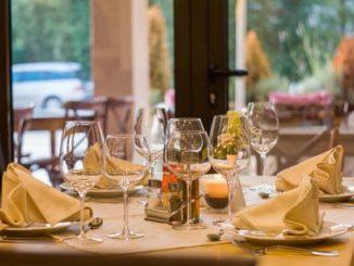 Fertig eingedeckter Tisch mit Gläsern