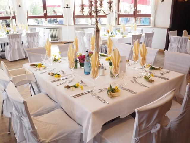 Vollständig eingedeckter Tisch im Restaurant
