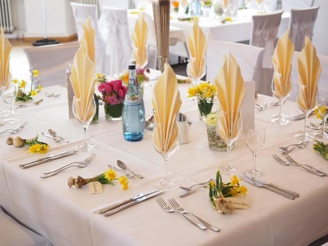 Perfekt eingedeckter Tisch für edle Restaurants