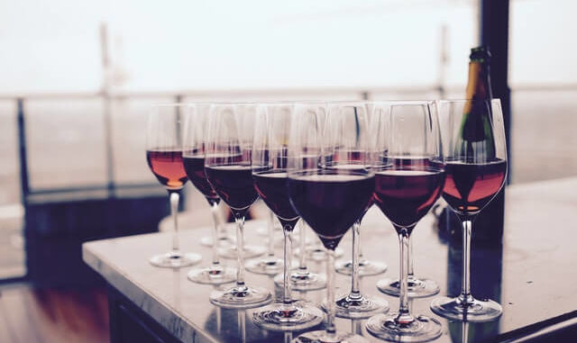 Volle Rotweingläser