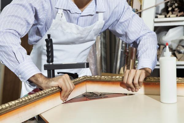 Handwerker baut Rahmen
