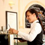 Frau kellnert an der Bar